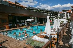 O mică oază cu piscine în aer liber