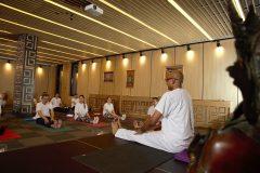 Luați un curs de yoga cu Kamal