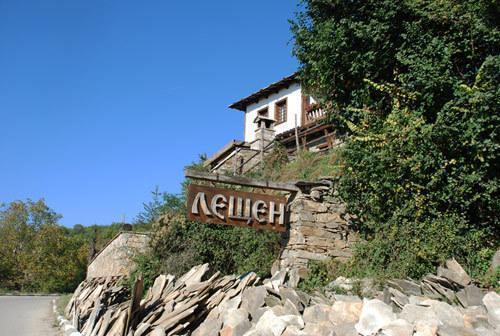 Placă la intrarea în satul Leshten