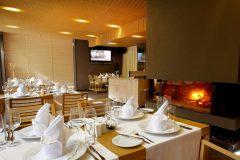 Masă și șemineu la restaurantul Le Bistro | Lucky Bansko