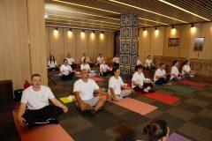 Curs de yoga cu mulți participanți