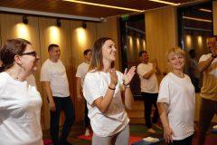 Participanții fericiți la cursurile de yoga