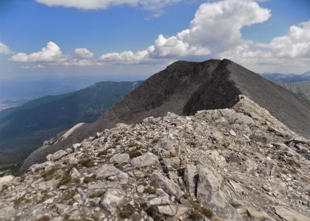 """Cu înălțimea de 2908 metri, vârful Kutelo se află pe locul doi printre vârfurile Pirin (după vârful Vihren - 2914 metri) și al treilea dintre toate vârfurile din țara noastră. Date geografice Situat în partea de nord a ** Pirin ** (pe creasta principală a muntelui). Este format din mai multe vârfuri cu * diferențe minime de înălțime, situate pe o margine aproape orizontală. Este construit din roci de marmură, iar versanții ei coboară abrupt (în locuri aproape vertical) către văile și circurile înconjurătoare. La sud versanții ei coboară către circuri Kazanite, la nord - la circ Banski Suhodol, iar la sud-vest versanții săi """"se întâlnesc"""" cu valea râului Vlahinska. Șa Premkata și Koncheto conectează Kutelo cu vârfurile vecine Vihren și Banski Suhodol. Culmea Kutelo urcând Există mai multe puncte de pornire din care puteți începe să urcați Kutelo: • Din ** cabana Vihren ** • Din coliba Banderitsa • Din coliba Yavorov Coliba Vihren - vârful Kutelo Punctul de plecare al acestui traseu este cabana Vihren, la care se poate ajunge cu mașina. Dacă sunteți în vacanță într-unul dintre hotelurile din Bansko, trebuie să părăsiți orașul și să intrați în munți în direcția colibei. În aproximativ 20-25 de minute veți fi la etaj și gata să începeți să urcați pe Kutelo. Poteca începe puțin deasupra colibei Vihren (aproximativ 200 m). Acesta este de fapt un traseu turistic, pe care turiștii îl numesc și """" Regal """". Este marcat cu marcaje roșii, dar chiar și fără marcaje nu poți greși, pentru că toată vara pe ea trec turiștii, au decis să urce pe Muntele Vihren. Coliba Vihren - furculiță pentru zona Kazanitei Începutul tranziției este relativ ușor, deoarece traseul nu are o deplasare mare. După aproximativ 25-30 de minute, veți ajunge la o furculiță care separă """"Calea Regală"""" de calea către zona """"Kazanite"""". Traseul clasic către Vârful Vihren continuă la stânga și în sus, în timp ce poteca către Kazanite continuă drept. Furcă Kazanite - adăpost Kazana După ce a luat calea către adăpost,"""